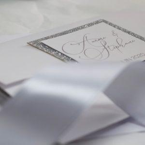 faire-part-mariage-paillette-chic-élégant-argent-papier-irisé-invitation-pochette-spiritus-naturae
