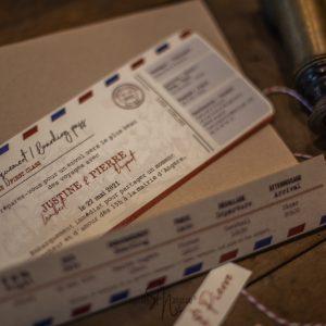Billet d'avion et sa pochette kraft, invitation mariage thème voyage